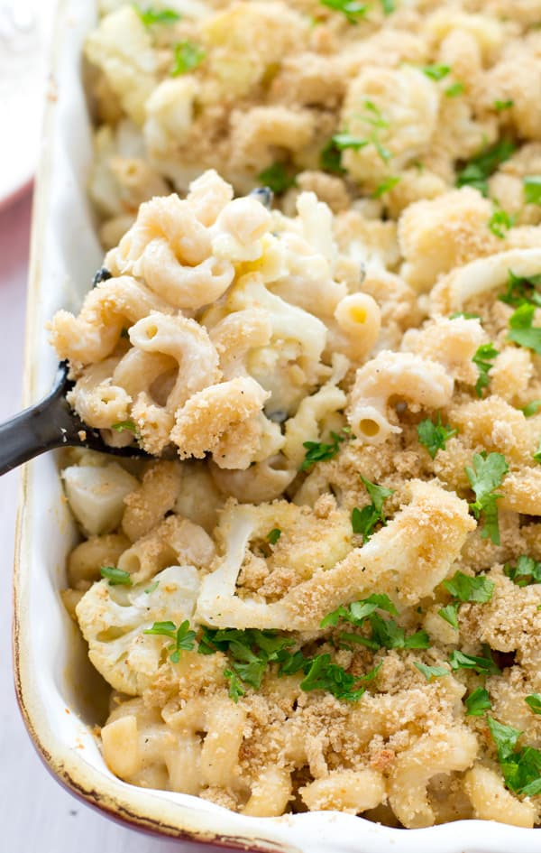 You won't believe that this creamy, cheesy mac 'n 'cheese is on the lighter side! Loaded with tender roasted cauliflower and topped with lots of crispy breadcrumbs. @WholeHeavenly