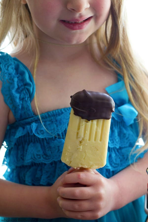 These creamy vanilla pudding popsicles are the perfect way to beat the heat this summer! Dipping them in melted chocolate makes them even more fun! @WholeHeavenly