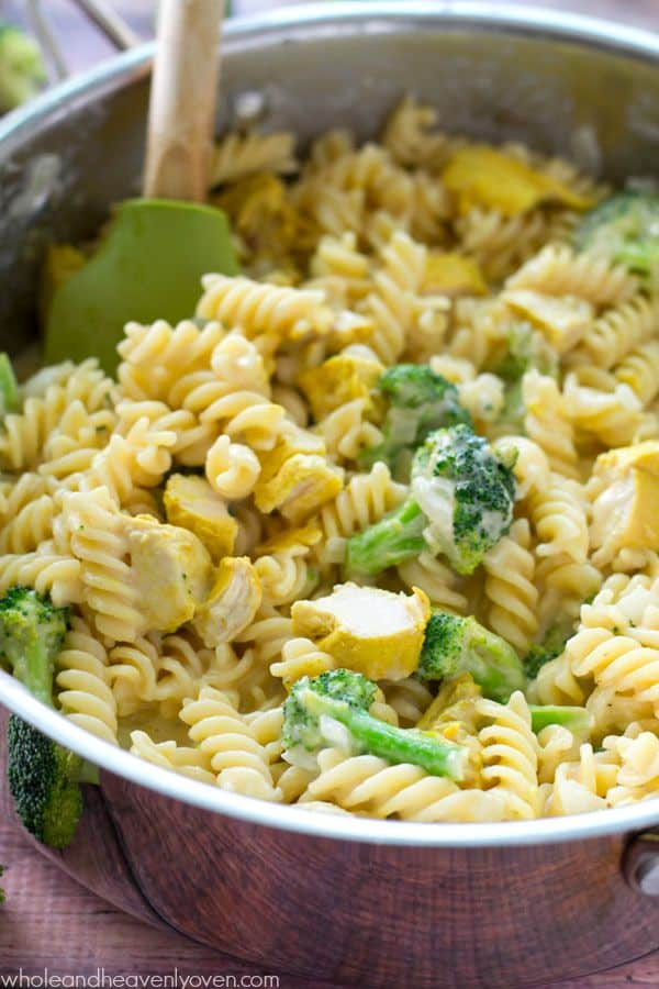 Dinner's on the table in only 30 minutes in one pan when you make this extra-comforting broccoli and chicken-loaded mac 'n' cheese.---Destined to become a weeknight regular! @WholeHeavenly
